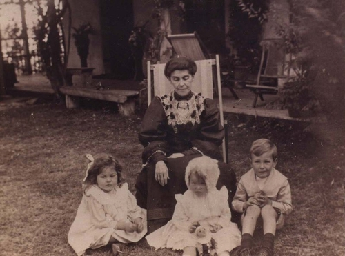 Mrs Strode-Hall and O'Connor children, Davilak House, c1907